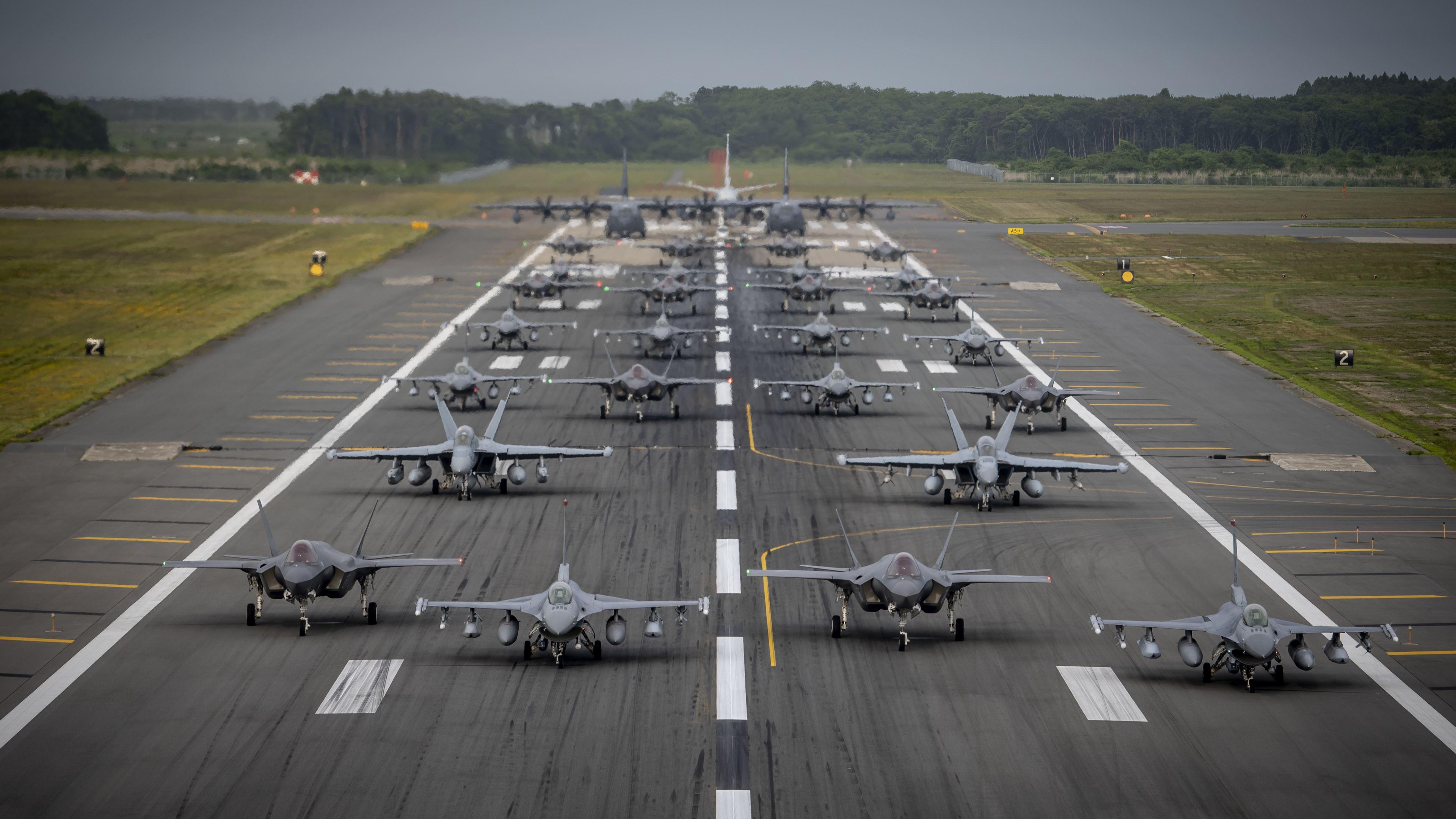 军事天地,战斗机,跑到,运输机,机群,F16