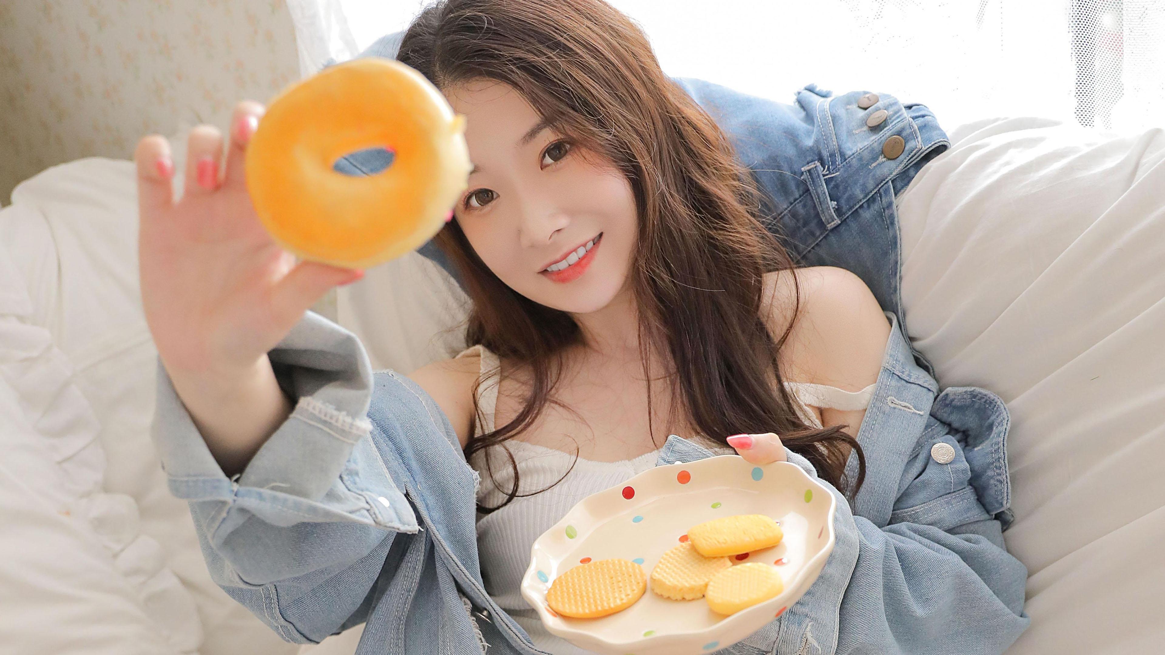 美女模特,性感女神,甜甜圈,饼干,长发牛仔